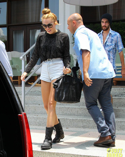 miley-cyrus-leaving-hotel-rumours-05-679