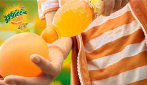 Nhiều teen siêu quậy còn sáng chế ra những quả bong bóng nước cực kool với nước cam có gas Mirinda mới.