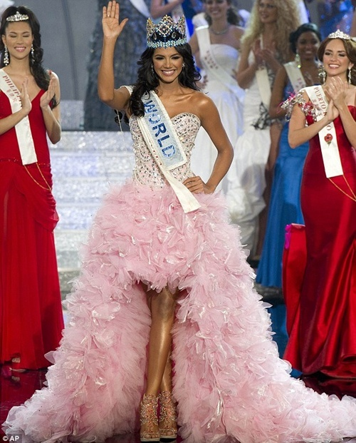 Thi Miss World nên mặc váy màu gì? Missworld2011-911547-1372694644_500x0