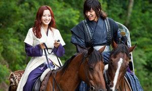 Lee Min Ho 'vật vã' dạy Kim Hee Sun cưỡi ngựa