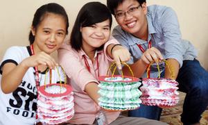Teen Ngoại Thương làm lồng đèn tặng trẻ khuyết tật
