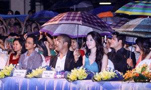 Hoa hậu Thu Thảo che ô xem ca nhạc