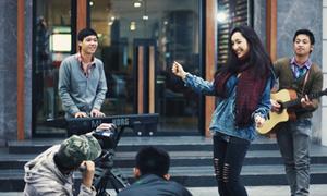 Anna Trương hào hứng hát ca giữa phố phường