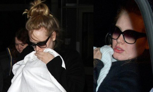Adele ôm con né paparazzi