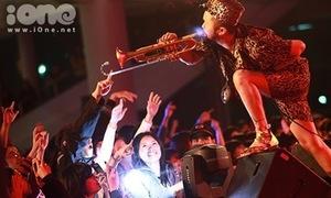 Giới trẻ Hà thành đội mưa gió đi nghe nhạc Jazz