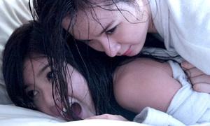 Angela Phương Trinh ép ngực, vật lộn Lily Luta trên giường