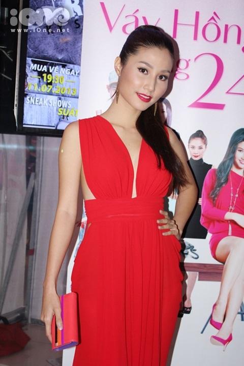 Xuất hiện tải buổi ra mắt phim truyền hình Váy hồng tầng 24 được chuyển thể từ phim Unbeatable 1-Sex And The City. Là nữ diễn viên chính trong phim, Diễm My 9x xuất hiện với vẻ ngoài rạng rỡ với chiếc váy đỏ nổi bật tôn lên vòng 1 khá đầy đặn của Diễm My.