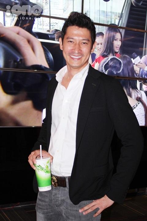 Huy Khánh trẻ trung ra mắt phim do mình thủ vai nam chính. Trong phim, anh vào vai một anh chàng tạp vụ hiền lành và tốt bụng trót yêu nữ giám đốc sáng tạo do Diễm My thủ vai.