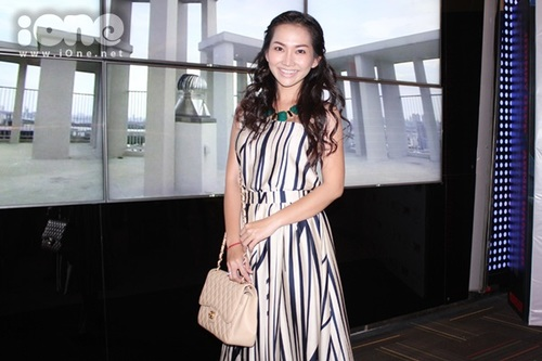 Kim Hiền xuất hiện với bộ trang phục khá trẻ trung, tuy nhiên lối trang điểm nhợt nhạt khiến nữ diễn viên trong rất thiếu sức sống.