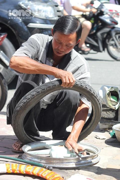 Bác Lương vừa sửa xe vừa kể lại câu chuyện quanh tấm bảng đặc biệt của mình.