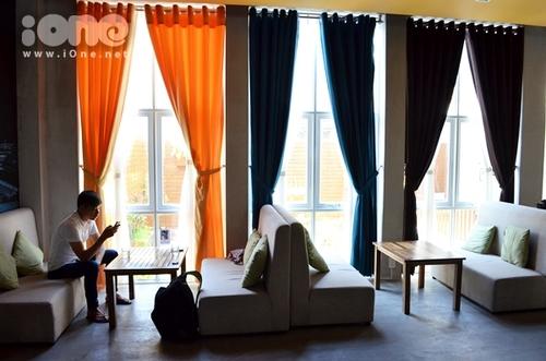 Không gian quán rộng rãi cùng nhiều kiểu décor khác nhau, rất dễ thấy ở đây những mảng nền nhà và tường đều có màu xám bởi vì khi xây dựng chủ quán thay vì lót gạch men, đằng này lại để trống trơn, chỉ tráng một lớp xi măng nhám, có lẽ muốn làm nổi bật những gam màu rực rỡ của những chiếc gối ôm nhỏ, chiếc rèm cửa sổ màu cam, xanh.