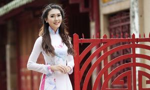 Nữ sinh Hàng không khoe dáng với áo dài nền nã