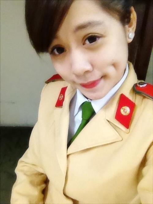Trong bộ quân phục của ngành học, trông cô bạn rất ra dáng một nữ chiến sĩ cảnh sát giao thông thứ thiệt.