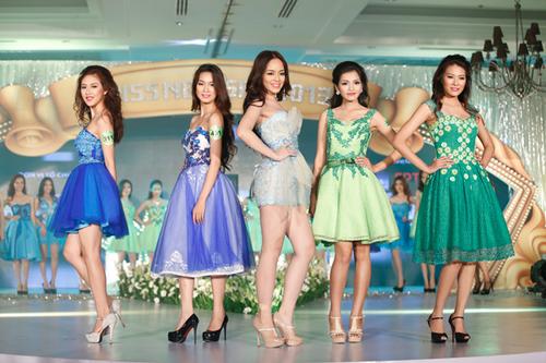 Ảnh 1: Thí sinh Miss Ngôi Sao tự tin trình diễn trang phục của nhà thiết kế Minh Châu.