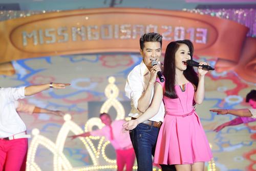 Đàm Vĩnh Hưng cùng học trò The Voice Ngọc Trâm thể hiện ca khúc sôi động 'Bên nhau ngày vui'.