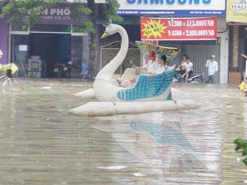 Đi thuyền trên phố - lãng mạn mùa mưa.