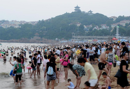 Các bể bơi dường như không đáp ứng nổi nhu cầu của người dân nên mọi người đổ ra biển hết.