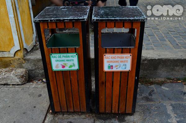 Những thùng rác được phân loại giúp các em học cách