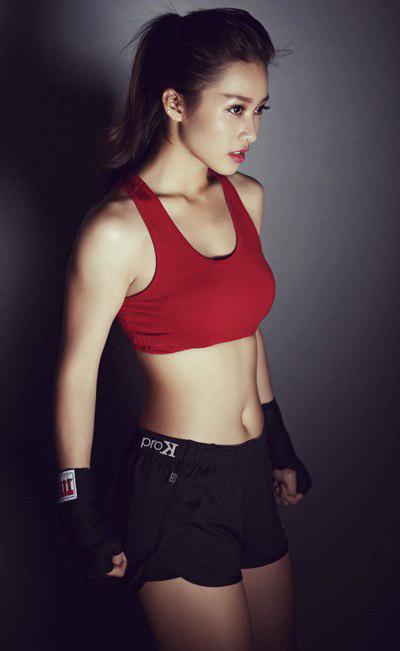 Chiếc áo tập màu đỏ làm tôn là da trắng, nếu không thích kiểu quần tâm bó sát, các teengirl có thể chọn mua quần tập dạng boxing
