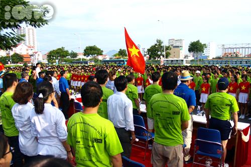 - Sáng ngày 1/9, cuộc thi Marathon quốc tế Đà Nẵng 2013 đã diễn ra tại công viên biển Đông  TP. Đà Nẵng. Đây là cuộc thi Marathon thường niên, mang tính chất quốc tế cao, lần đầu tiên diễn ra tại Việt Nam. Đại diện Lãnh sự quán Mỹ, Lãnh sự quán Nga, Lãnh đạo thành phố Đà Nẵng... có mặt tại lễ khai mạc và tham gia chạy ở nội dung Fun Run & Walk 5km. Trong ảnh: lễ chào cờ tại lễ khai mạc cuộc thi Marathon quốc tế Đà Nẵng 2013.