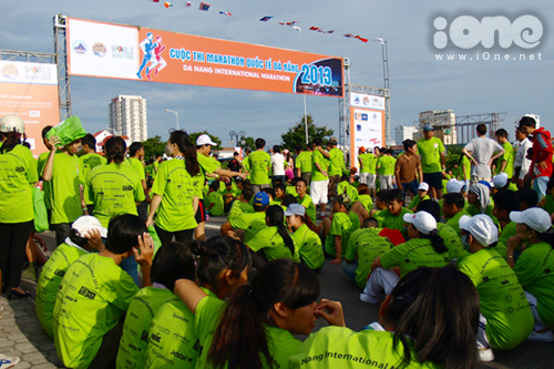 Từ sáng sớm, hàng trăm học sinh, sinh viên Đà Nẵng đã có mặt ở điểm xuất phát tại đường Phạm Văn Đồng cạnh công viên biển Đông. Thời tiết hanh khô và nắng nóng tại Đà Nẵng từ sáng sớm.