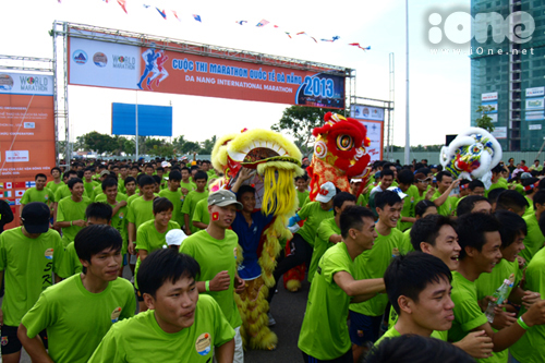 Gần 3000 VĐV không chuyên tham gia chạy ở nội dung Fun Run & Walk (5km) sau tiếng cồng báo hiệu vào 7h30.