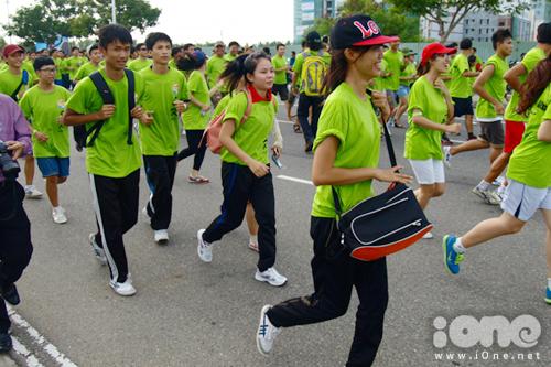Nhiều nhóm bạn đăng ký tham gia chạy bộ cùng nhau vào dịp này. Trong ảnh: Các bạn sinh viên hào hứng chạy sau khi rời vạch xuất phát.