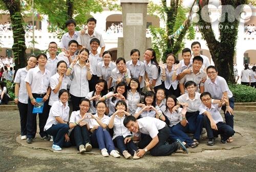 Khác hẳn với các trường bạn khi chọn váy làm đồng phục thì trường THPT chuyên Lê Hồng Phong lại chọn quần tây xanh mix cùng với áo sơ mi trắng. Không quá cầu kỳ, đồng phục của các bạn ấy được yêu thích bởi sự đơn giản, phù hợp với vóc dáng học sinh và hơn hết và rất thoải mái.