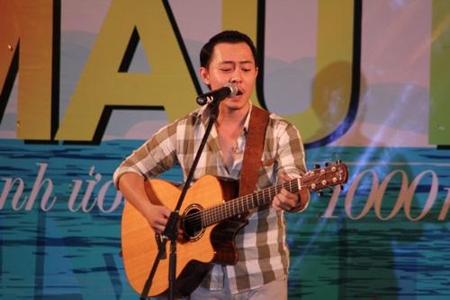 Võ Trọng Phúc sâu lắng với ca khúc Im yours. Đây là lần thứ hai anh tham gia chương trình và cháy hết mình cùng khán giả Cam Ranh.