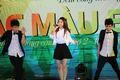 Khổng Tú Quỳnh khiến khán giả Cam Ranh vỡ òa khi xuất hiện trên sân khấu. Nữ ca sĩ mang đến những bản hit như Lạnh, Đã từng yêu cũng như cùng các bạn trẻ hát vang ca khúc Rước đèn trung thu.