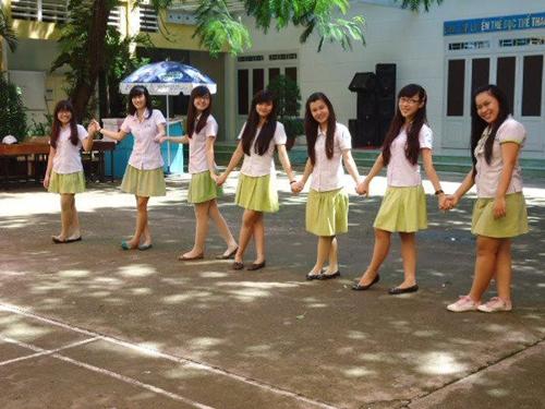 Đồng phục trường Nguyễn Thị Diệu nổi bật với màu xanh nõn chuỗi. Các nữ sinh sẽ diện váy xếp ly ngang đầu gối kết hợp với áo sơ mi trắng.