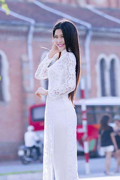 Xuất hiện trong bộ ảnh chào mừng dịp Quốc Khánh 2/9 vừa qua, Miss Teen Diễm Trang khiến không ít người ngạc nhiên bởi vẻ dịu dàng nhưng không kém phần quyến rũ khi khoác lên mình chiếc áo dài trắng.