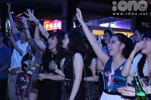 Đây là tiệc prom do chính các ét vê năm cuối đứng ra tổ chức, và cũng là tiệc prom đầu tiên trong 4 năm trở lại các ét vê Ngoại thương. Tối ngày 7/9, các bạn đã có một buổi tối quậy tưng bừng với những điệu nhảy nóng bỏng, những trò chơi thú vị và những tràng cười thả ga.