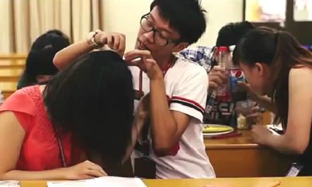 Thế nhưng, sinh viên Ngoại thương cũng lắm khi thích ngồi... bắt chí trong lớp.