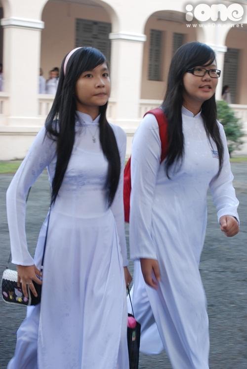 Kiểu tóc dài quá vai một chút cũng là gu thẩm mỹ của nhiều nữ sinh.