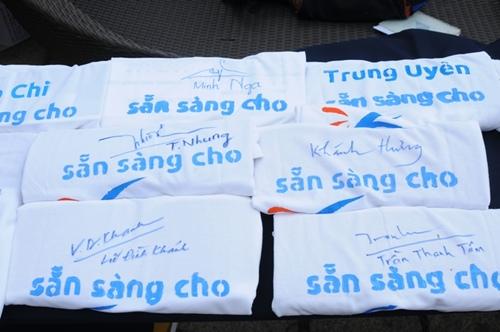 Những chiếc áo vì môi trường có chữ ký của các nghệ sĩ ủng hộ chiến dịch. Ảnh: BTC