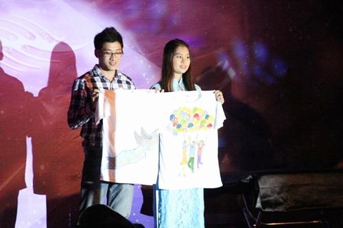 Chiếc áo cặp được đấu giá có chữ ký của Á vương Trương Nam thành và các h do chính tay anh