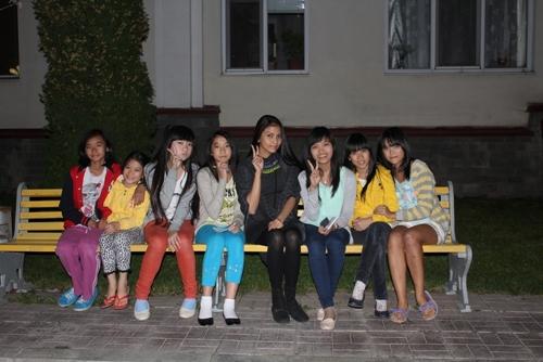 Tại đây, Trương thị May có cợ hội giao lưu và trò chuyện với những trẻ em Châu Âu.