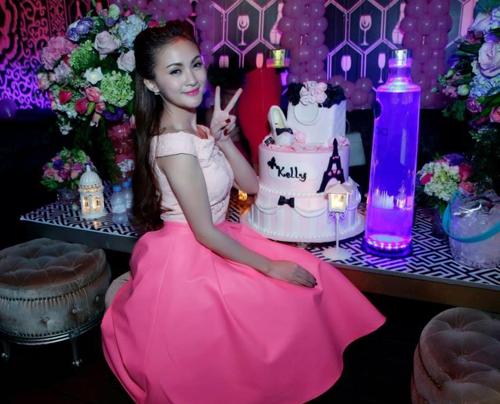 Angela Phương Trinh cá tính dự sinh nhật Kelly