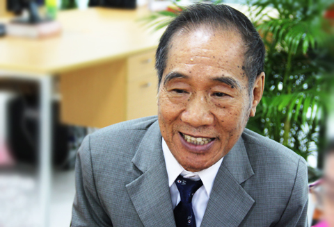 Thầy Nguyễn Ngọc Ký trò chuyện với độc giả VnExpress ngày 27/9.
