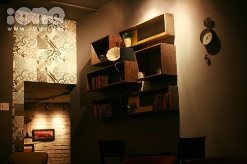 Những quyển tiểu thuyết hay, những câu chuyện tình yêu đôi lứa với nhiều cung bậc khác nhau được cất giữ ở tầng 2.