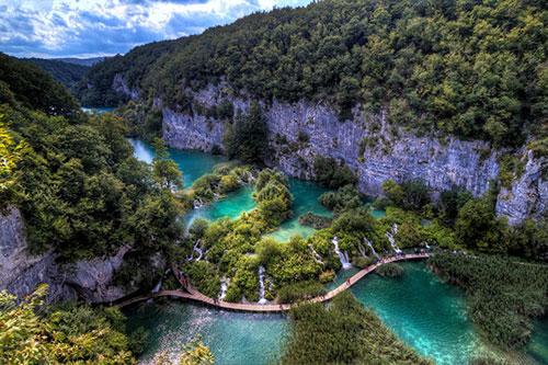 Là một phần thuộc công viên quốc gia Plitvice của đất nước Croatia, hồ Plitvice sở hữu phong cảnh đẹp ngoạn mục, khiến bất cứ ai cũng phải kinh ngạc mỗi lần ghé thăm.