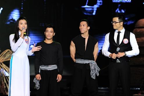 Trong phần thi thử thách ưu tiên, Hoàng Oanh cùng Đức Bảo (phải) cùng nhau dẫn vào một trích đoạn của 'À Ố Show' và giao lưu với các diễn viên khách mời. Lần đầu kết hợp trên sân khấu, cả hai thí sinh không tránh khỏi những thiếu sót khi đôi chỗ bị chồng lời lẫn nhau.