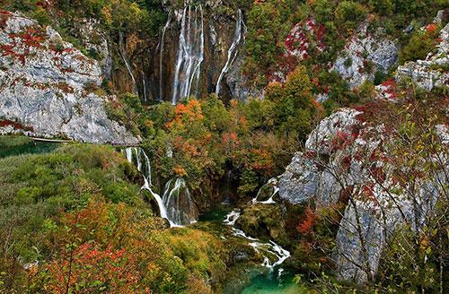 Điểm nổi bật ở Plitvice chính là 92 thác lớn nhỏ cùng cụm hồ gồm 16 hồ nước trong vắt nối liền nhau, chảy trên các nền đá vôi và đá phấn qua hàng nghìn năm bị ngăn chặn bởi đá travertine. Cùng với nó là các thác nước nối các hồ, trong đó có thác cao đến 160m.