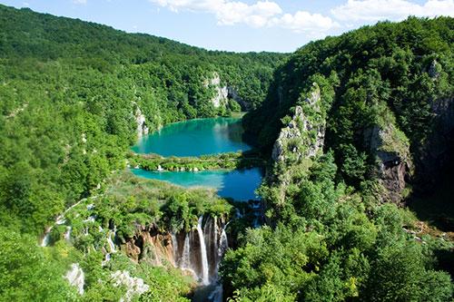 Có khá nhiều truyền thuyết xoay quanh hồ Plitvice. Trong đó, theo lời kể, một phù thủy đã tạo ra vùng này bằng cách cho mưa thật nhiều để đáp lại lời cầu nguyện của nông dân sau một trận đại hạn hán.