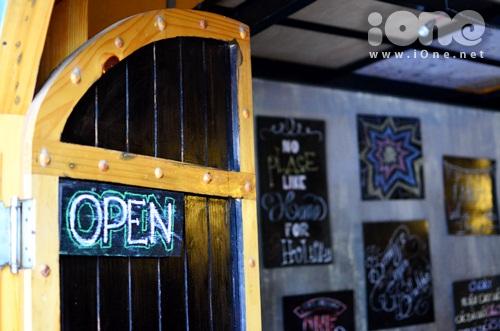 Từ Viện Bảo tàng Chăm rẻ ngang sang con đường nhỏ về trung tâm thành phố, sẽ dễ dàng bắt gặp một quán cà phê nhỏ xinh nằm bên mép đường. Bước vào bên trong mới thấy được một không gian rất lạ lẫm của nó.