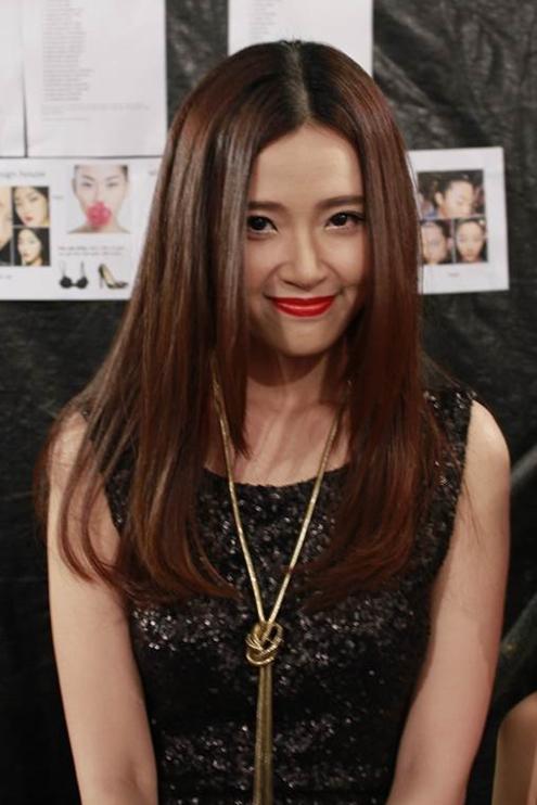 Trong một chương trình thời trang tối qua, hot girl Midu bất ngờ xuất hiện với hình ảnh mới đầy quyến rũ.