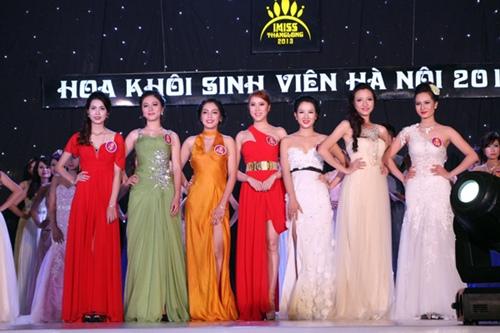 Top 7 những thí sinh xuất sắc nhất của cuộc thi. Từ bên trái sang: Nguyễn Thị Thu Hà (SBD 12), Phạm Thị Kim Thoa (SBD 18), Lương Thị Thu Hà (SBD 165), Đinh Khánh Linh (SBD 127), Nguyễn Nhị Ngân Giang (SBD 234), Trần Vũ Phương Liên (SBD 19), Lê Thị Khanh (SBD 132).