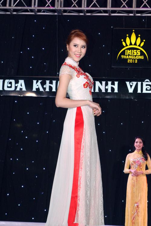 Cô chứng tỏ mình xứng đáng giành giải trong phần thi bình chọn Áo dài.