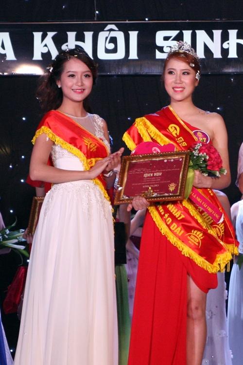 Hoa khôi Imiss 2012 Hằng Nga trao giải cho Đinh Khánh Linh.